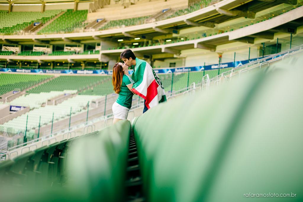 ensaio-de-casal-estadio-de-futebol-ensaio-de-casal-palestra-italia-alianz-parque-ensaio-de-casal-em-sao-paulo-fotografo-de-casamento-sp-00019