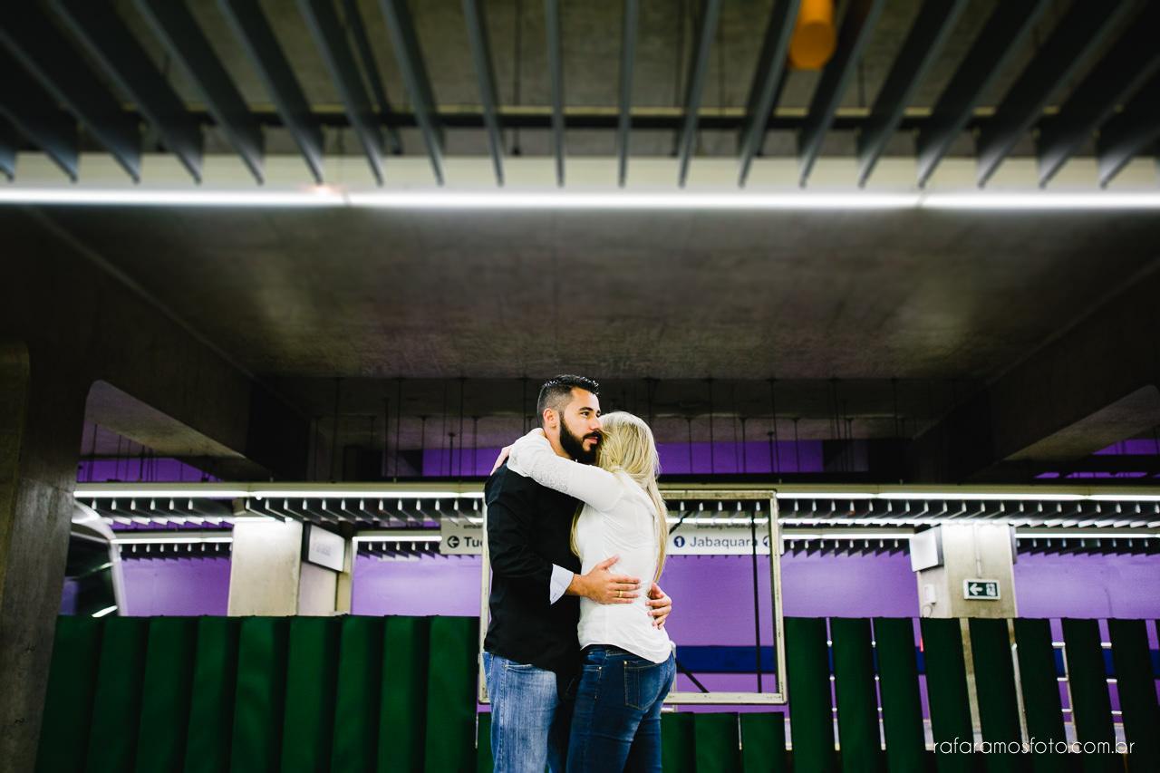 ensaio-de-casal-urbano-no-metro-sp-ensaio-de-noivos-em-sao-paulo-ensaio-pre-casamento-ensaio-no-parque-fotografo-de-casamento-sp-book-noivos-ensaio-noivos-parque-são-paulo-pré-wedding-fotografia-de-casamento-fotógrafo-de-casamento-sp-00004